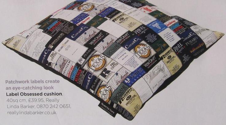 patchwork kledinglabels kussenhoes; lijkt me een pokkewerk, maar wel leuk!