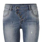 """Узкие джинсы с протертостями и складками - фаворит молодежного кэжуального стиля. Немного заниженный пояс, стрейчевый хлопковый деним и покрой """"дудочки"""" гарантируют прекрасную посадку по фигуре. Идеальный вариант для комбинирования. На пуговицах. Длина по внутреннему шву для разм. N примерно 71 см, для разм. К - примерно 65 см. за 2999р.- от Otto"""