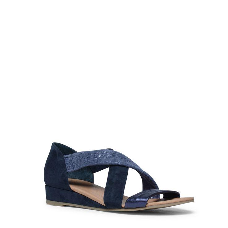 Blauwe sandalen met sleehak  Description: Deze blauwe sandalen zijn ideaal voor de warme dagen! De sandalen hebben een binnenzijde van leer en een buitenzijde van suède. De voorste band is voorzien van comfortabel leer en de bovenste band heeft een lichtblauwe kleur. De sandalen zijn voorzien van een kleine sleehak van 3 cm gemeten vanaf de hiel. De maat valt normaal.  Price: 79.99  Meer informatie  #manfield