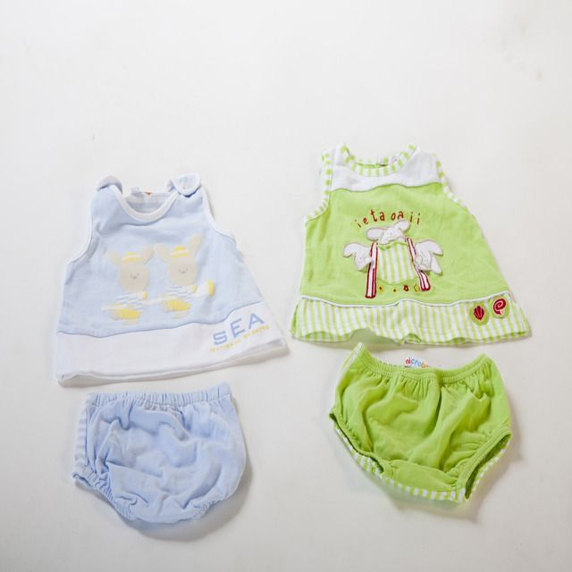 Dos conjuntos de verano para recién nacidos. Un conjunto es de color azul claro y tiene unos simpáticos conejitos vestidos de marineros. La parte trasera es de rayas blancas y azules.  El otro conjunto es de color verde y tiene un dibujo bordado de 3 divertidos conejitos. En la parte trasera tiene botones. Son 100% algodón.