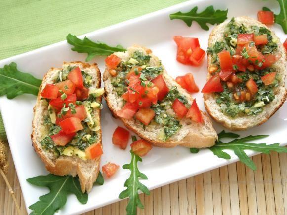 Pesto and tomato baguette appetizer