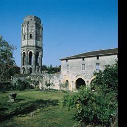 Musée ABBAYE DE CHARROUX - 1) HISTORIQUE, 12: Il permet d'accueillir les pélerins attirés par les reliques tout en facilitant la liturgie monastique (offices, messes, processions...) Les moines vivent dans les bâtiments conventuels qui s'étendaient au sud de l'abbatiale. Le prestige de l'abbaye St Sauveur s'accroît vers 1077, par la découverte miraculeuse d'un reliquaire contenant la Ste Vertu (ou St Prépuce) qui aurait été caché par Audebert III, comte de la Marche.
