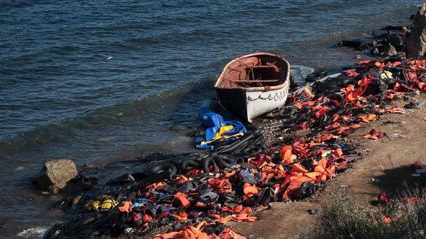 Zurückgelassene Schwimmwesten am Strand von Lesbos am Donnerstag. In der darauffolgenden Nacht sanken zwei Flüchtlingsboote. (Quelle: dpa)  http://www.t-online.de/nachrichten/deutschland/gesellschaft/id_75939652/fluechtlinge-22-menschen-ertrinken-im-aegaeischen-meer.html