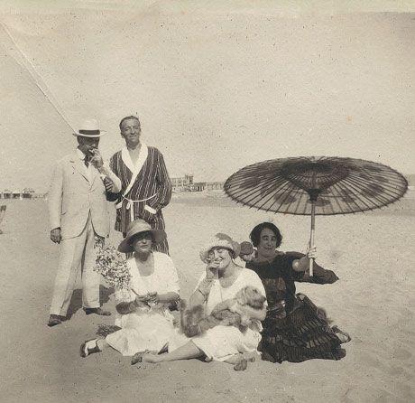 Gabrielle Chanel sur la plage du Lido, entourée de Misia et José-Maria Sert, Madame Philippe Berthelot et un ami