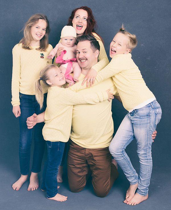 Vi imiterar cheesy familjefoton i 80-talsstil. Du kan se fler bilder här:  http://byingemo.se/barnfoto/underbart-cheesy-familjebilder/
