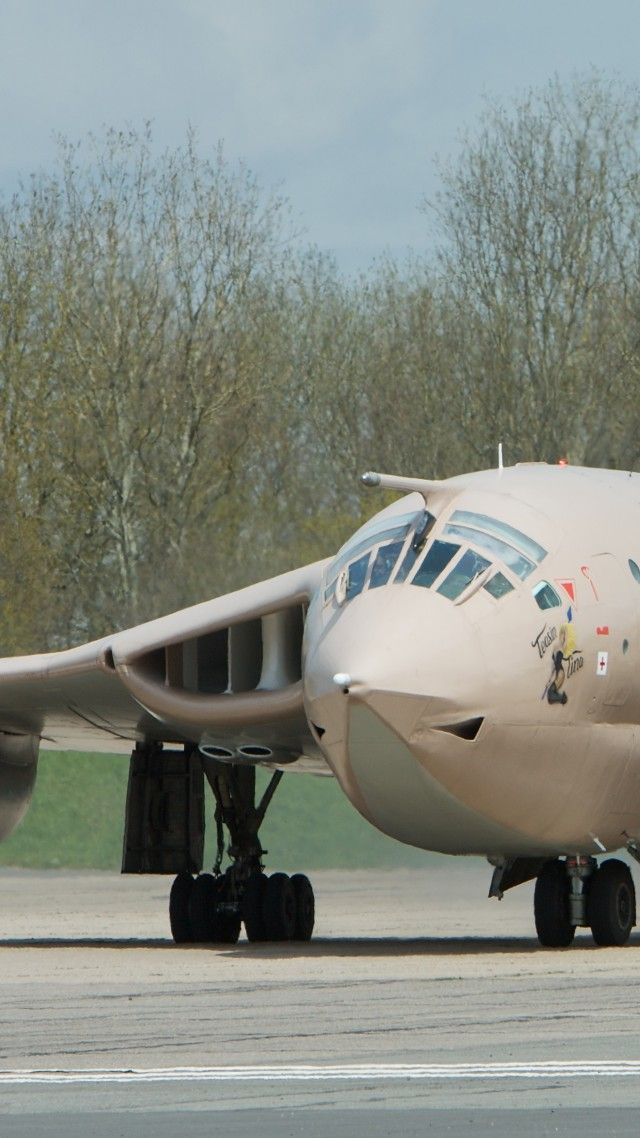 Handley Page, Victor, XM715, HP.123, bomber, tanker, aircraft, Royal Air Force, landing