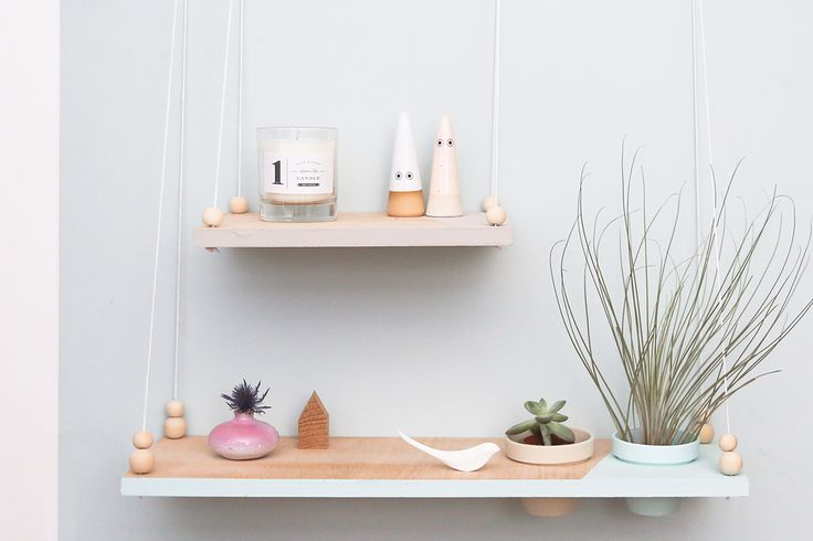 Découvrez notre DIY pour créer une étagère suspendue avec pots intégrés pour accueillir vos petites plantes préférées, inspirée du design scandinave.