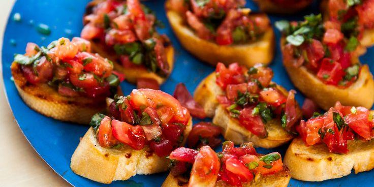 Kalttaa ensin tomaatitTee tomaattien pintaa kevyt ristiviilto ja kasta tomaatit reikäkauhaa apuna käyttäen kiehuvaan veteen yksi kerrallaan noin 15 sekunnin ajaksi.Nosta reikäkauhalla kattilasta ja kasta nopeasti kylmään veteen ja kuori.BruschettaPoista kaltatuista tomaateista kova keskusta sekä siemenet.Leikkaa tomaatit pieniksi kuutioiksi, hienonna joukkoon basilika ja lisää mausteet sekä 1 rkl oliiviöljyä.Leikkaa patonki viipaleiksi. Hienonna valkosipulinkynnet oliiviöljyn joukkoon ja…