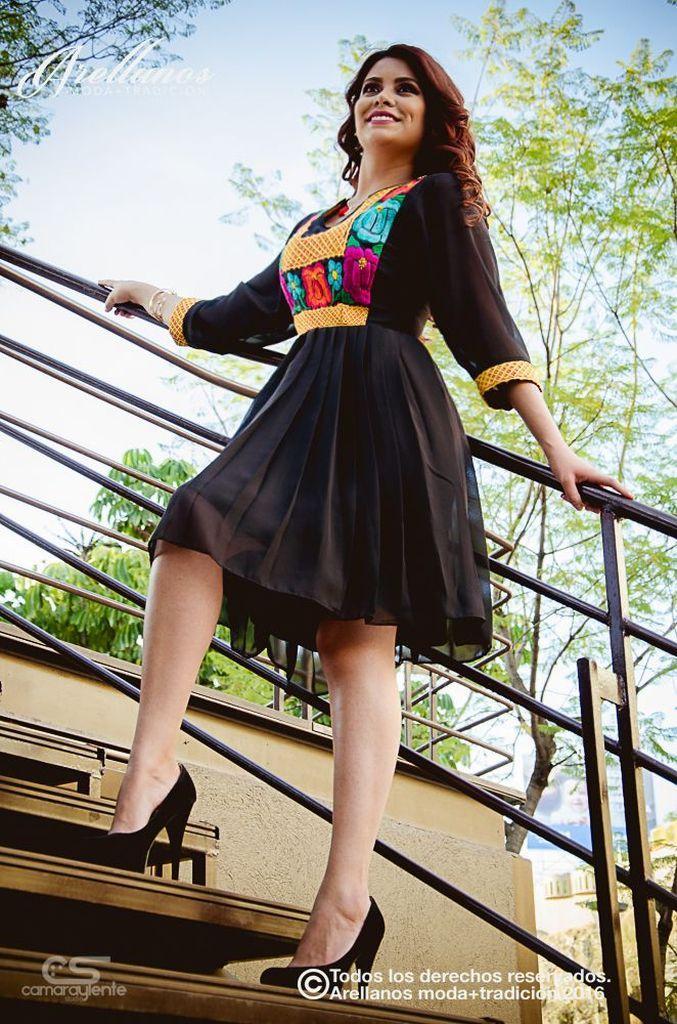 Elia - Arellano's - Folklor a la Moda Tela: Chifon Tipo de bordado: A mano con aguja y cadenilla de máquina artesanal Región en la que se elabora: Istmo de Tehuantepec Diseño: Vestido con falda de tablas pequeñas