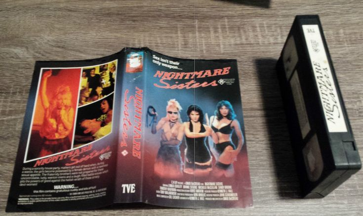 NIGHTMARE SISTERS (Brinke STEVENS, Linnea QUIGLEY, Michelle BAUER, FILMTRUST, 1987-1988), PAL VHS, TRANS VIDEO ENTERTAINMENT, TVE, PALACE ENTERTAINMENT, Europæiske union, hævn, Kathleen HANNA, Color Me Nana, Dylana SUAREZ, Natalie LIM SUAREZ, Natalie SUAREZ, Vanessa MOODY, gyser, powerpige, frisurer med pandehår, what is feminism, tomboy chic, arthouse, dæmoner, rejser, videobibliotek, fashion blogger style, stil, bohemesigøjner, brunettes, ny bølge, indie, moderne hippie mode, lesbisk…