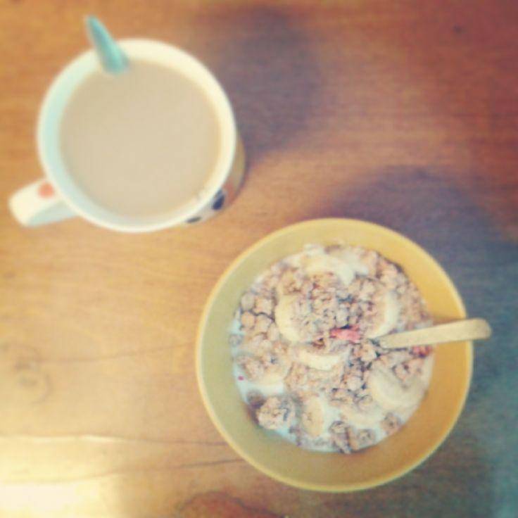 Snídaně: bílý jogurt, banán, trocha müssli a kafe.