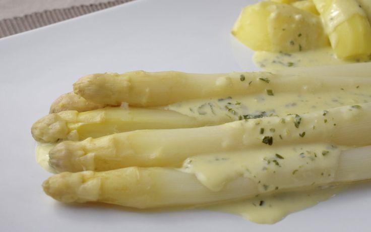 Spargel mit Zucchini-Kräutersoße