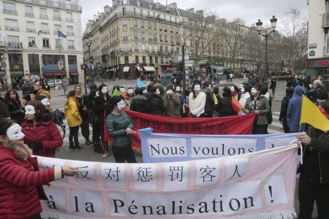 France : des prostituées pour la plupart chinoises ou sud-américaines et masquées, manifestent à Paris