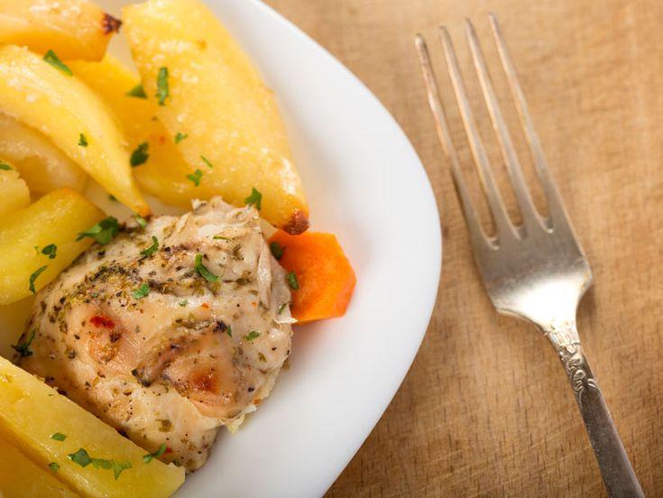 Friptura de pui cu cartofi aurii la cuptor - BucateleNoastre.ro