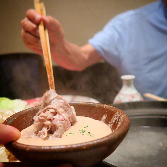 Shabu Shabu ist das verfeinerte Pendant zu unserem Fondue Chinoise. Es ist hauchdünn geschnittenes Fleisch, das man ganz kurz in eine Kombu-Algen-Brühe taucht und mit einer Sesam- oder Ponzu-Sauce isst. Hinzu kommt eine Menge Gemüse, das man ebenfalls kocht. #japan #japanesefood #washoku #essen #food #shabushabu #travel #reisen #しゃぶしゃぶ #美味しい #和食 #肉