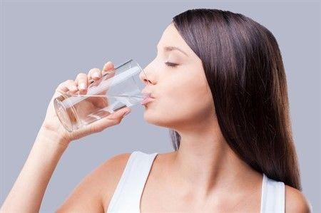 Bağırsaklarınızdaki su oranının azalmasıyla birlikte ortaya çıkan kabızlık en zorlu bağırsak rahatsızlıklarından biridir. Özellikle sıcak havalarda yeteri kadar su içmemenin sonucunda karşılaşabileceğiniz bu rahatsızlıktan için doğal yöntemler kullanarak kurtulmak mümkün.