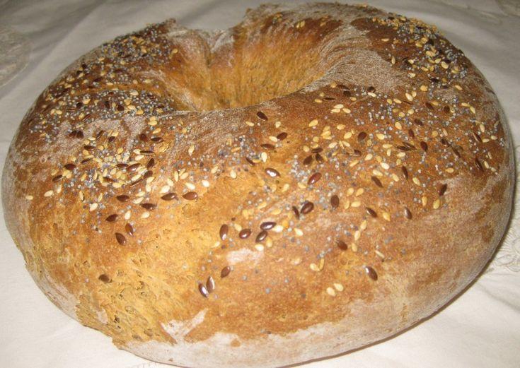 Questo pane è ottimo per la colazione! Ciambella alla segale e semi di chia Ingredienti 120g di farina di segale integrale 300 g di farina 0 60 g di malto d'orzo liquido 20 g di olio extravergine d'oliva 4 grammi lievito secco 180 g di acqua bollente 60 g di acqua tiepida un pizzico di sale 2 cucc