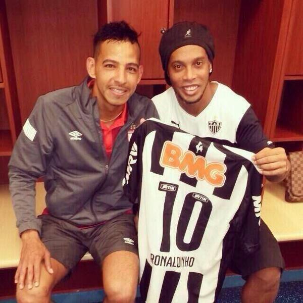 Wilder Medina se quedo con la camiseta de Ronaldhino