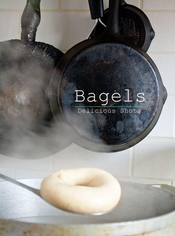 NEW YORK BAGELS [3/3] ■ Mélangez 500g de farine à pain riche en gluten, 2 cuillères à soupe de sucre et 2 cuillères à café de sel dans un grand bol. Diluez 1 sachet ou bien environ 15g de levure boulangère dans une petite quantité d'eau tiède (300 à 350ml). Mouillez le mélange farine, sucre et sel avec 2 cuillères à soupe d'huile végétale ou huile d'olive, la levure diluée et le reste de l'eau, jusqu'à l'obtention d'une boule de pâte