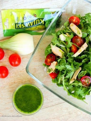 Zdjęcie - Sałatka z kurczakiem i dressingiem bazyliowym - Przepisy kulinarne ze zdjęciami