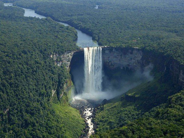 Водопад Кайетур – это один из красивейших водопадов планеты. По преданию, он получил свое название в честь индейского вождя Кайя, прославившегося актом самопожертвования ради спасения своих людей и проплывшего в каноэ по реке Мазаруни, на которой расположен водопад.