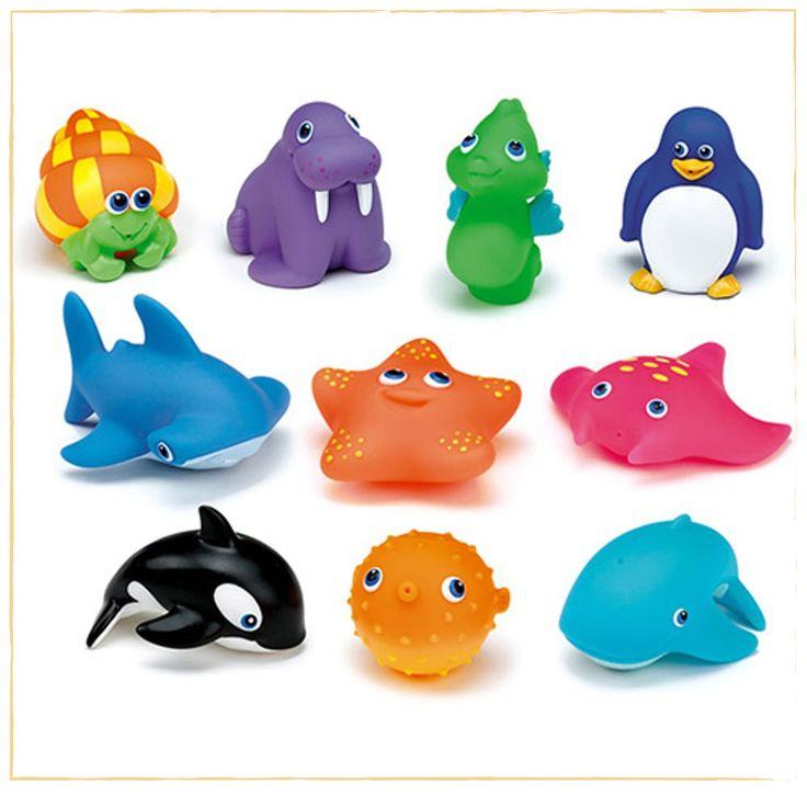 A hora do banho vai ser mais divertida com os Amigos do Banho Colorido, são 8 brinquedos próprios para água, todos simulações de animaizinhos (peixes, pinguim, entre outros). Quando a criança afunda o bichinho na banheira, eles enchem e, basta apertar, para espirrar água de forma muito divertida.