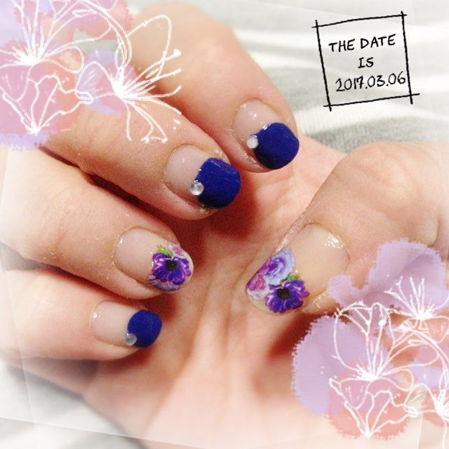 丸フレンチネイル♡ ブルーの丸フレンチは やまちゃん風(๑˃͈꒵˂͈๑)♡ ストーンをワンポイントに♡ 親指と薬指は お花のネイルシールで 丸フレンチ(*´艸`*)♡ シンプルで簡単に(*´罒`*)ニヒヒ♡ #セルフネイル #ほぼ100均ネイル #丸フレンチ #お花のネイルシール #やまちゃん風 #やまちゃん今どんなネイルかなぁ〜〜⁉︎