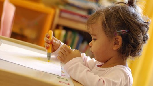 Les parents guettent les premiers mots de leur enfant avec impatience. La méthode Montessori peut être une aide précieuse pour faire progresser son bambin au quotidien. Explications.