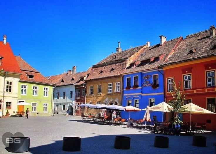 Colorful-square-Sighisoara-Romania-Transylvania-©-The-Blonde-Gypsy-1024x730.jpg (1024×730)