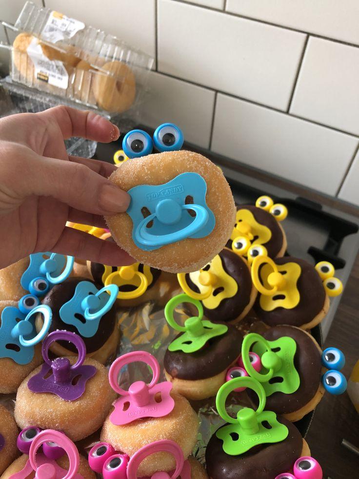 Mini donut traktatie met snoepspeen en oogjes
