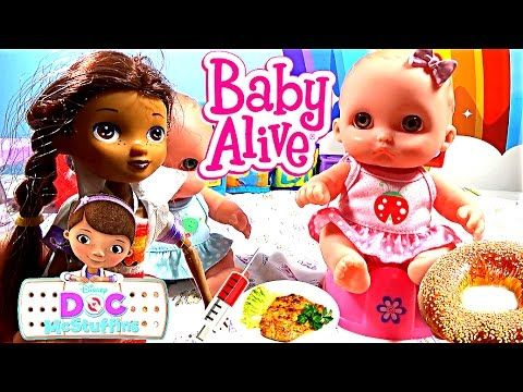 Доктор Плюшева лечит куклу Кукла ест заболела делает укол малышу Пупсик ...
