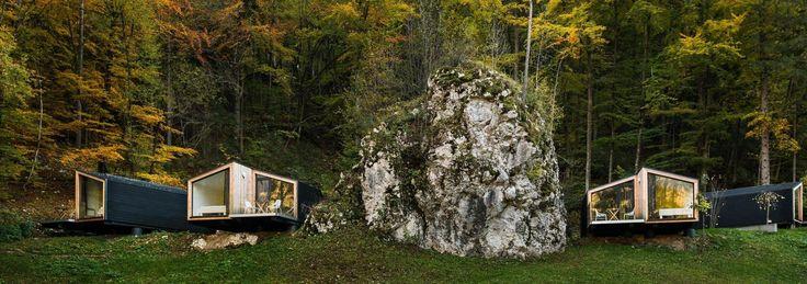 La for-4 d'ekokoncept est une série de cabanes contemporaines préfabriquées en bois situées en Slovénie près du magnifique lac Bled.