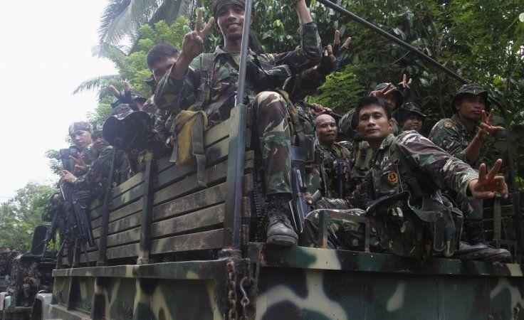 """KIBLAT.NET, Manila – Negara Islam (ISIS) mengklaim bahwa kelompok Abu Sayyaf telah membunuh ratusan tentara Filipina dengan meledakkan tujuh truk di Basilan. """"Dengan karunia Allah kita mampu meledakkan tujuh truk yang membawa tentara Filipina,"""" katanya dalam sebuah pernyataan menurut Reuters. Serangan yang berlangsung pada tanggal 9 April ini juga menewaskan sedikitnya tiga gerilyawan dan mencederai …"""