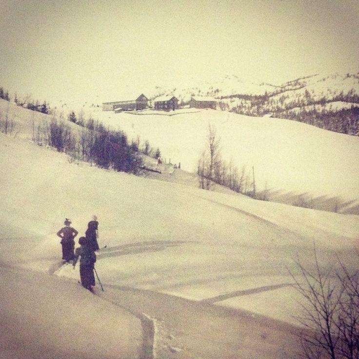 Skitur til Breie med hatt og kjole.