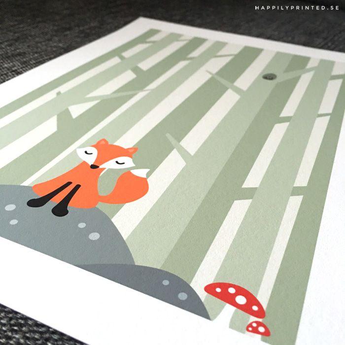 Barnposter föreställande en liten räv som sitter på en sten i skogen omgiven av flugsvampar. Barntavlor från Happily Printed