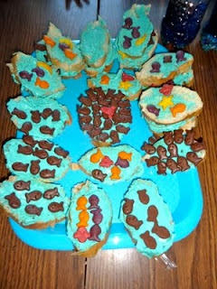Fishies in the ocean snacks. This is a great addition to beach/ocean theme or for a kid friendly summer snack idea!