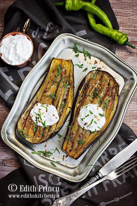 Vinete la cuptor cu usturoi - o reteta delicioasa si rapida, vinete coapte la cuptor, cu ulei, chilli si usturoi, servite cu iaurt grecesc.