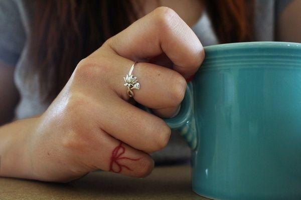 Fiocco rosso sul dito