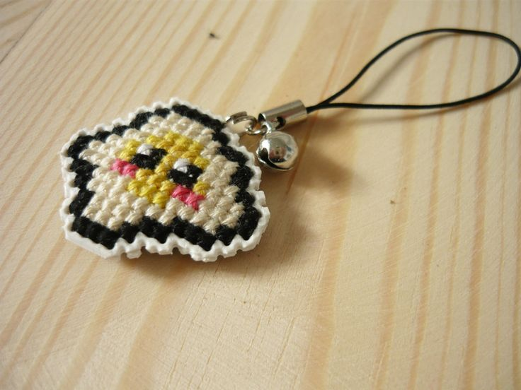 Cross stitch phone charm - fried egg by MariAnnieArt on Etsy #MariAndAnnieArt #crossstitch #phonecharm #embroidered