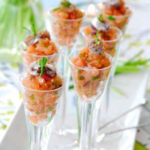 Nyårsmiddag med förrätt, varmrätt och dessert. Gärna bubblig champagne och gott vin. Recept till god nyårsmeny med både oxfilé, lax, bubbel och efterrätt.