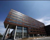"""Aan de Transformatorweg 74-112 in Amsterdam Sloterdijk staat het kantoorgebouw """"De West"""". Het object heeft een oppervlakte van ruim 11.000 m² kantoor-/archiefruimte, verdeeld over de kelder, de begane grond en 7 bovenliggende verdiepingen"""