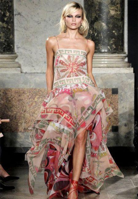 На фото модели демонстрируют коллекцию ТОП 100 платьев от самых известных дизайнерских коллекций весна-лето 2012