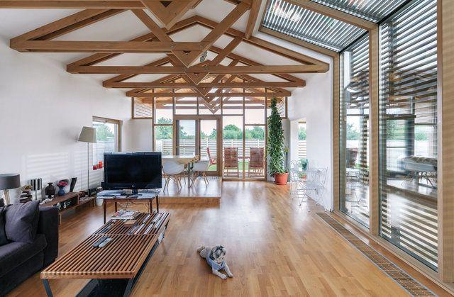 O casă atipică, din lemn, tablă și punți de sticlă, în Buftea
