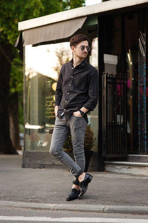 ¿El secreto en este look? Los jeans arremangados con zapatos de cuero y camisa de botones. | 23 Trucos de moda que todos los hombres estilosos deben probar