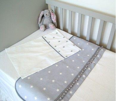 Sade gri ve beyazın uyumu ile hazırlanan bu pike ve yastık takımı ile bebeklerin yatakları çok daha şık olacak