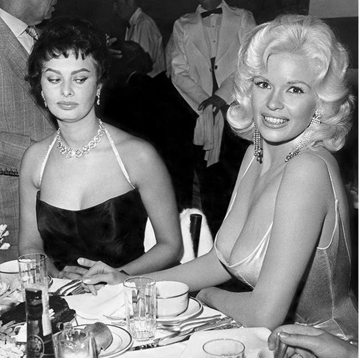 Loren e Mansfield, svelato 57 anni dopo il segreto dello storico scatto - Sophia Loren dice: «Guardate la foto. Dove sono i miei occhi? Guardo i suoi capezzoli perché ho paura che stiano per cadere nel mio piatto. Potete vedere la paura sul mio volto. Sono così spaventata che ogni cosa nel suo vestito stia per esplodere - boom! - e si rovesci tutto sul tavolo».