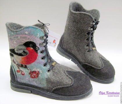 Купить или заказать Валяные ботинки 'Снегири на рябине' в интернет-магазине на Ярмарке Мастеров. Традиционный символ русской зимы — снегирь — вдохновил на создание этих ботинок! Ботинки выполнены из натуральной овечьей шерсти высшего сорта высокогорных пород овец, с завоскованными носками и задниками в технике-шерстяная акварель. Цельноваляные, хорошо уплотнены, ноги в комфортном тепле и никогда не вспотеют, намного меньше устают, мягкие, уютные и комфортные в ношении.