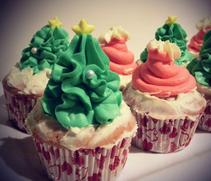 Während die Kleinsten dem Nikolaus entgegenfieberten, entstanden dieses Jahr in der Himmelsbäckerei leckere Cupcakes mit Zipfelmützen und Tannenbäumchen.   http://kleinekostbarkeit.de/nikolaus-cupcakes  #kleinekostbarkeit #cupcakes #nikolaus #tannenbaum #santaclaus #nikolauscupcake
