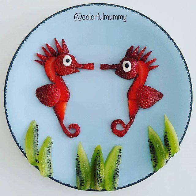 İkiz denizatları sohbete dalmış... Twin seahorses are talking intimately... . Çilek, kivi, peynir, çikolata granülü... Strawberry, kiwi, cheese, chocolate granules... #strawberry #seahorses