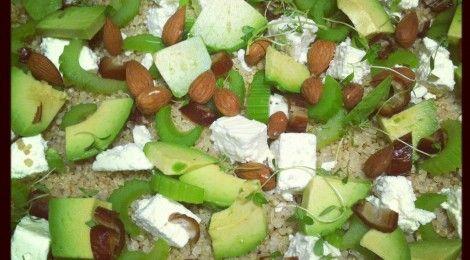 Quinoa med avocado, mandler, dadler og feta